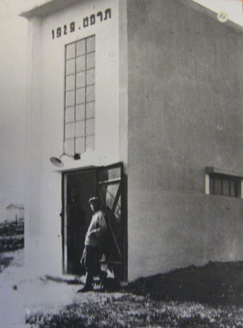 1929, חיים ריבקיס בפתח הבאר *מקור יהודה הורביץ לבית הראשונים
