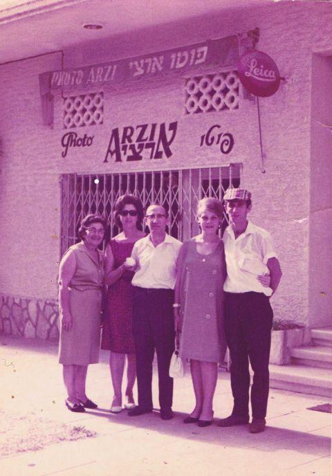 שנות ה 60' משפחת ארצי עם קרוביהם בחזית הצלמנייה ארצי במרכז מקור דורון הרפז